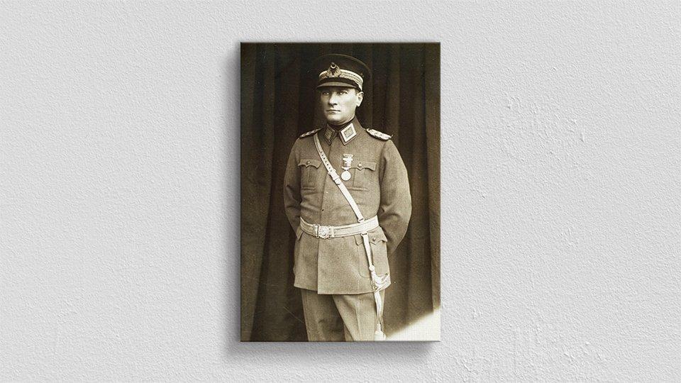 Atatürk Üniformalı Kanvas Tablo