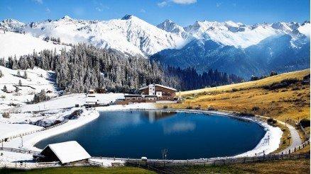 Karlı Dağlar Arasındaki Göl ve Ev Duvar Kağıdı