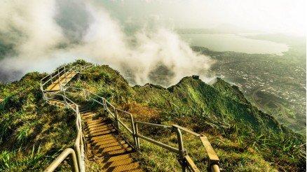 Dağlar Üzerindeki Merdivenler Duvar Kağıdı
