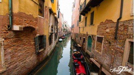 İtalya'da Dar Bir Sokak