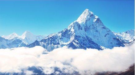 Bulutların Üzerindeki Karlı Dağ Duvar Kağıdı